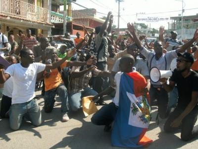 Etidyan nan Jacmel te pran lari pou pote sipò bay Daniel Theodore apre senatè Lambert te flank yon kout pwen li te rache dan li. Yo mande pou senatè an demisyone
