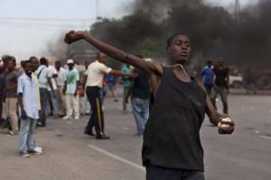 Haiti: Des manifestants lancent des pierres en direction du Parlement
