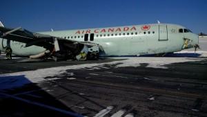 Monde: Atterrissage en catastrophe d'un Airbus 320 d'Air Canada