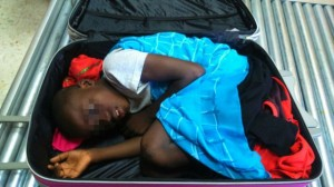 Monde: Un enfant caché dans une valise pour passer la frontière espagnole illégalement