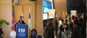Monde: Des Étudiants perturbent la conférence de Leonel Fernandez à L'Université Internationale de Floride (FIU)