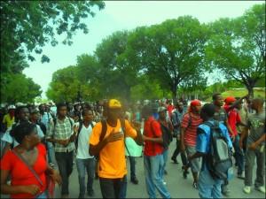 Haiti: Des dizaines d'étudiants de l'UEH marchent pour dénoncer l'insécurité