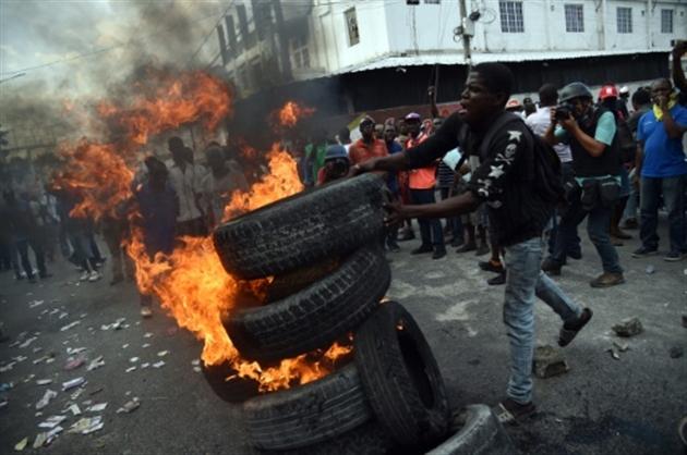 Haiti: Des morts, des dizaines de blessés par balle, des commissariats attaqués et des entreprises privées pillées