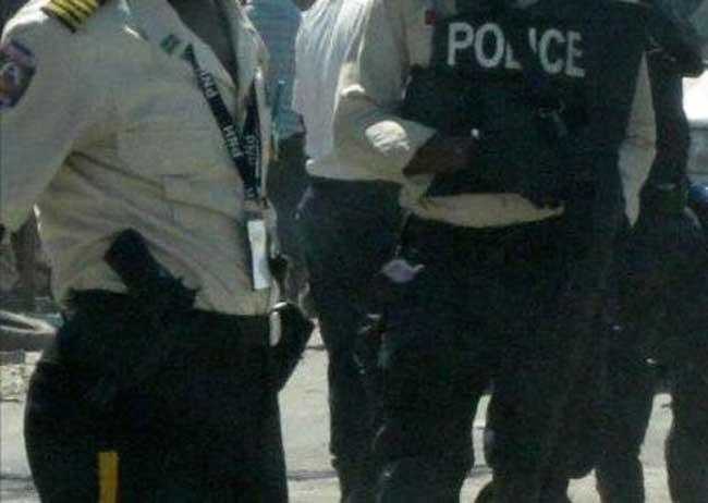 """HAITI: Affrontement entre deux agents de police pour un plat de """" fritay """"(fritures)"""