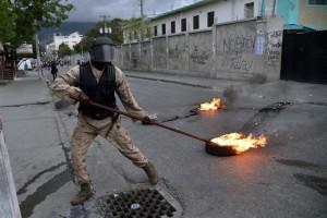 Haiti: Pneus enflammés, route bloquée, tirs nourris, Port-au-Prince est sous tension