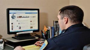 Monde:  Pour entrer aux États-Unis, les douanes pourraient exiger votre compte Facebook