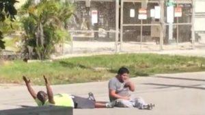 Monde: Un thérapeute Noir, allongé au sol les mains en l'air, se fait tirer par la police de Miami