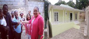 Haiti: Sophia Martelly remet les clés d'une maison aux parents qui ont donné naissance au triplet