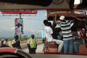 Haiti: Un policier en civil tué et les passagers dévalisés dans une camionnette de transport