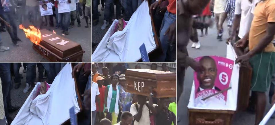 HAITI: Des manifestants Lavalas brûlent un cercueil devant le CEP