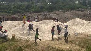 Haiti: Une cargaison de riz  déversée à Tabarre au bord de la rivière grise sème la contreverse