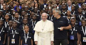 Monde: Andrea Bocelli et la chorale des enfants «Voices of Haiti» chantent pour le pape François