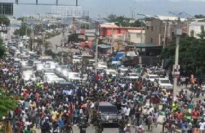 Haiti: Jovenel Moïse et une foule de sympathisants attaqués à jets de pierre au Carrefour de l'aéroport