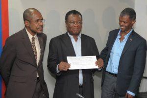 Haiti: Remise de chèques à des partis politiques dans le cadre de leur financement