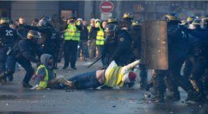 Monde: Quatre Gilets jaunes condamnés à la prison ferme pour des violences en France