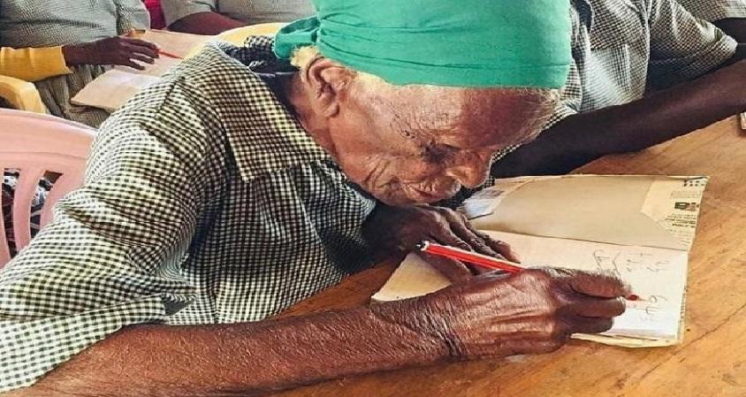 Monde: A 95 ans, elle s'inscrit à l'école pour apprendre à lire et à écrire