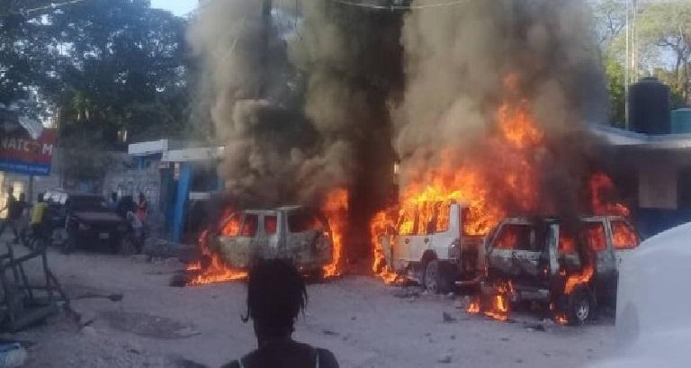 Haiti: Plusieurs véhicules incluant le sous-commissariat de Montrouis incendiés
