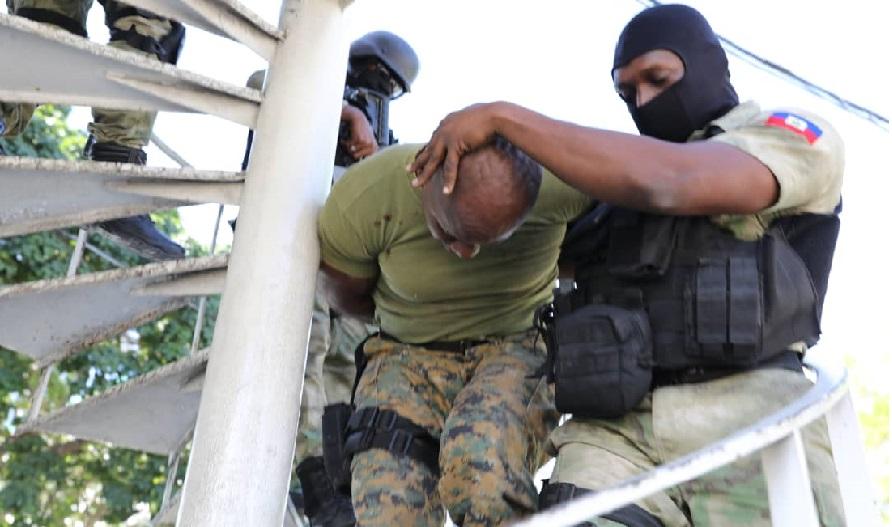 Haïti: Arrestation d'un ex-commissaire municipal armé et en uniforme de l'USGPN