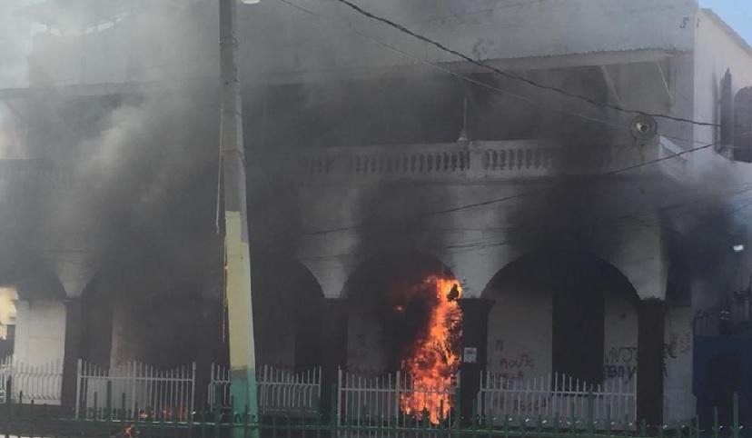 Haïti: Des manifestants mettent le feu au bâtiment de la Mairie de Saint-Marc