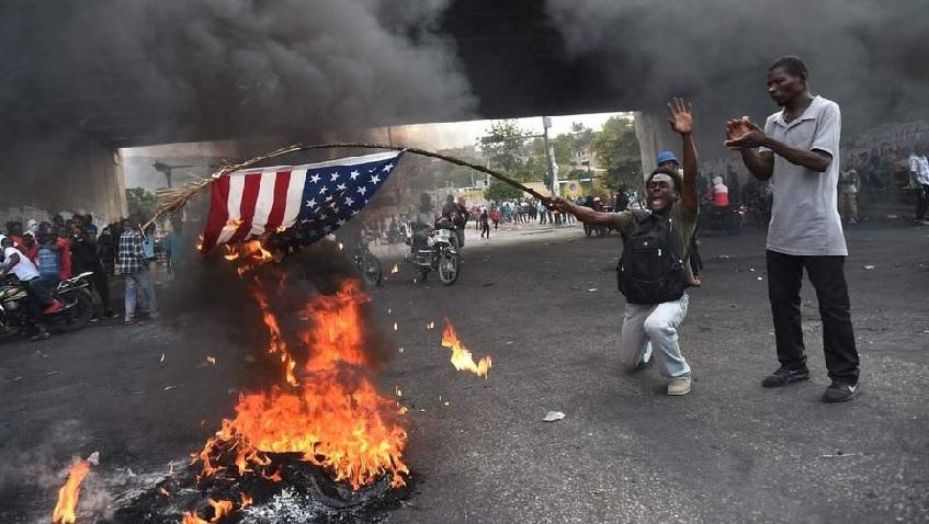 Haiti: Des manifestants brûlent un drapeau américain « À bas les Américains, Vive Poutine »
