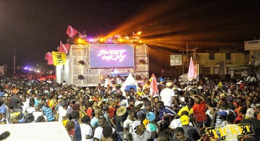 Haiti: Le Char de Sweet Micky a essuyé des jets de pierres lors du 1er jour gras au carnaval au Cayes