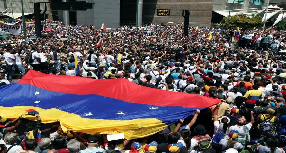 Monde: Les Vénézuéliens manifestent pour Guaido, contre Maduro