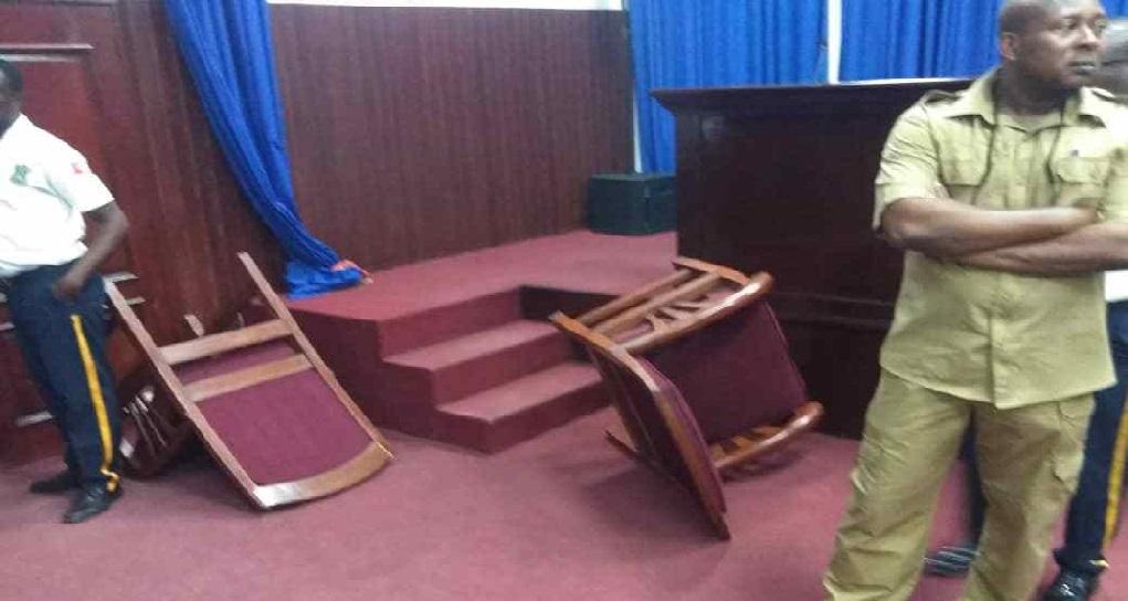 Haïti: Le Député Printemps Bélizaire saccage la salle de séance du Parlement
