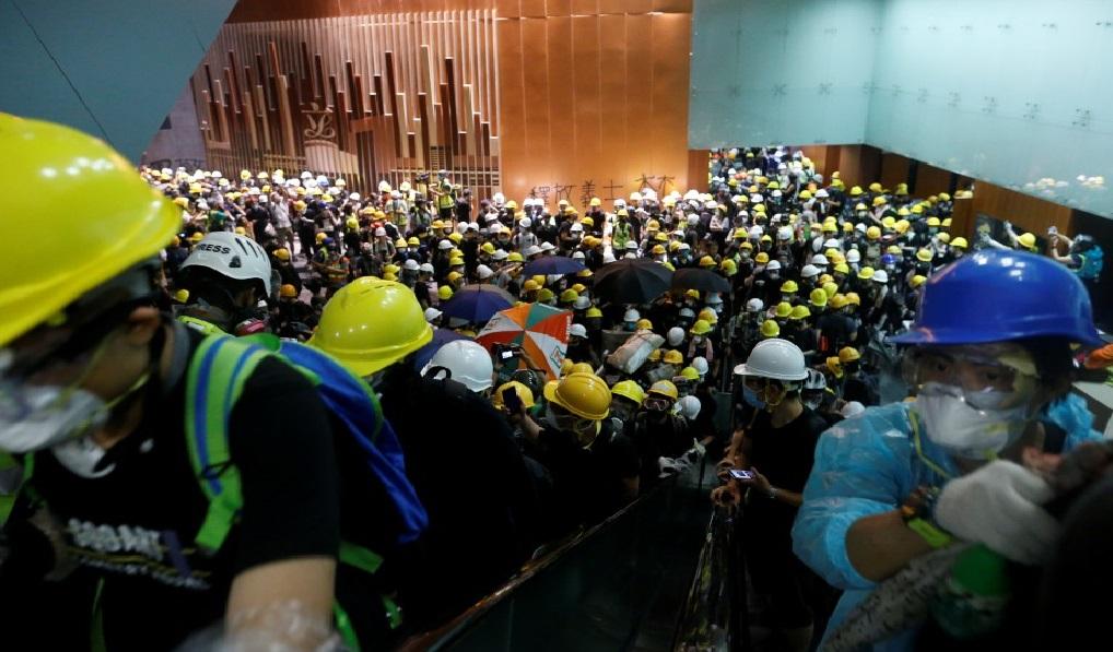 Monde: Des manifestants envahissent le parlement pendant plusieurs heures à Hong Kong