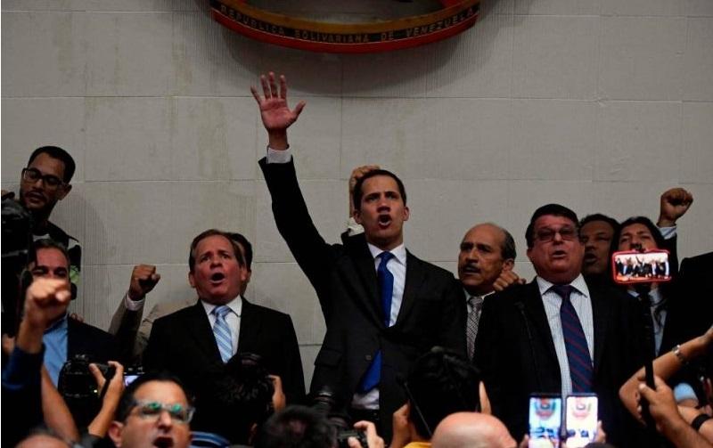 Monde: Juan Guaido prête serment comme président du Parlement depuis le perchoir
