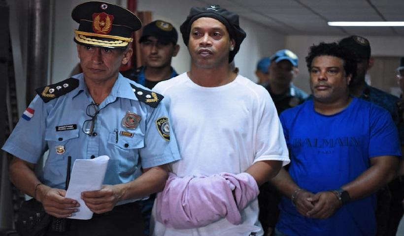 Monde: Ronaldinho passe sa troisième nuit en prison pour usage de faux passeport