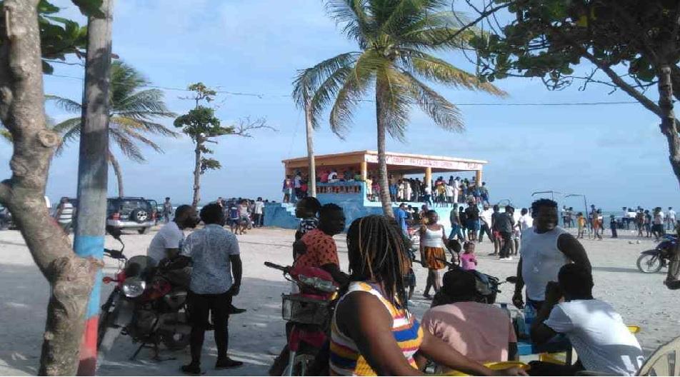 Haiti: Des centaines de personnes sur une plage malgré l'interdiction de rassemblement de plus de 5 personnes