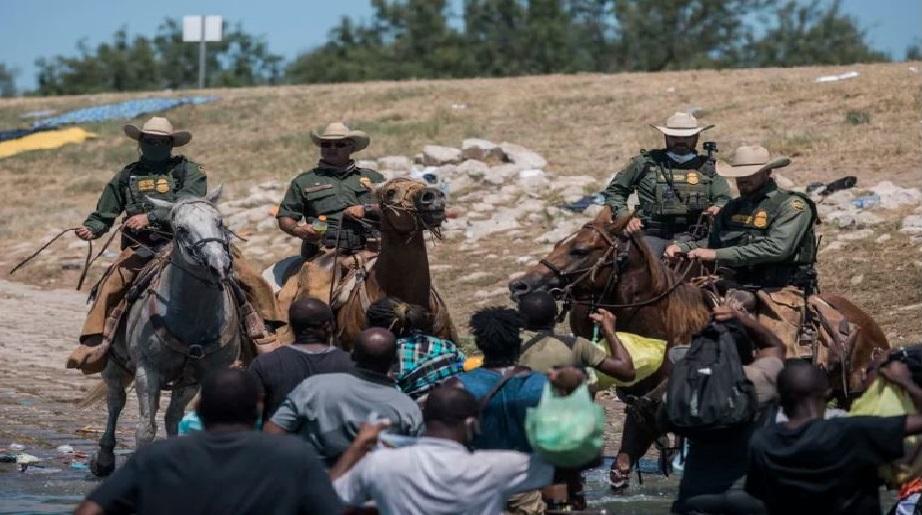 Monde: Forte émotion face au mauvais traitement de migrants haitiens par des agents frontaliers américains