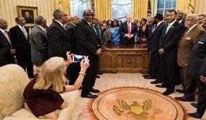 Monde: Une photo de la proche conseillère de Donald Trump secoue sur les réseaux sociaux