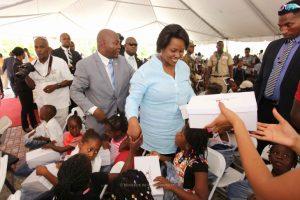Haiti: Distribution de kits scolaires à certains élèves par la première Dame de la République