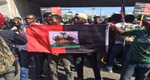 Haïti : La jeunesse manifeste en noir et rouge contre le pouvoir en place